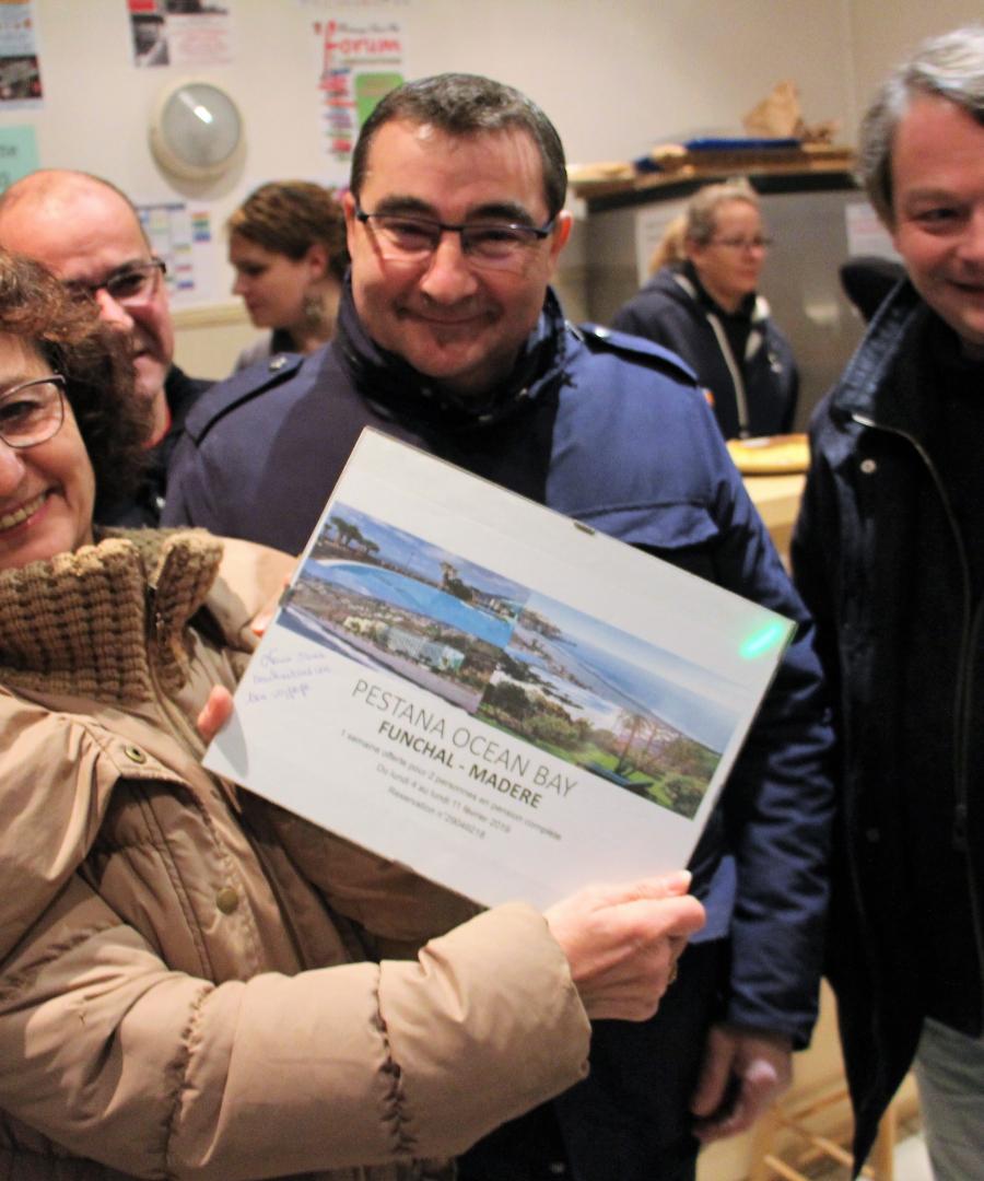 Remise des billets voyage offerts par les Fontenaisiens à colette Ithen_000